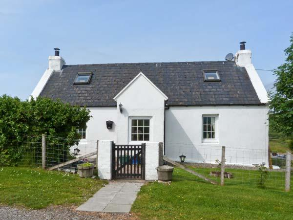 BRIDGE COTTAGE, pet-friendly, pretty views, enclosed garden, great walks, near Portree, Ref. 27278 - Image 1 - Portree - rentals