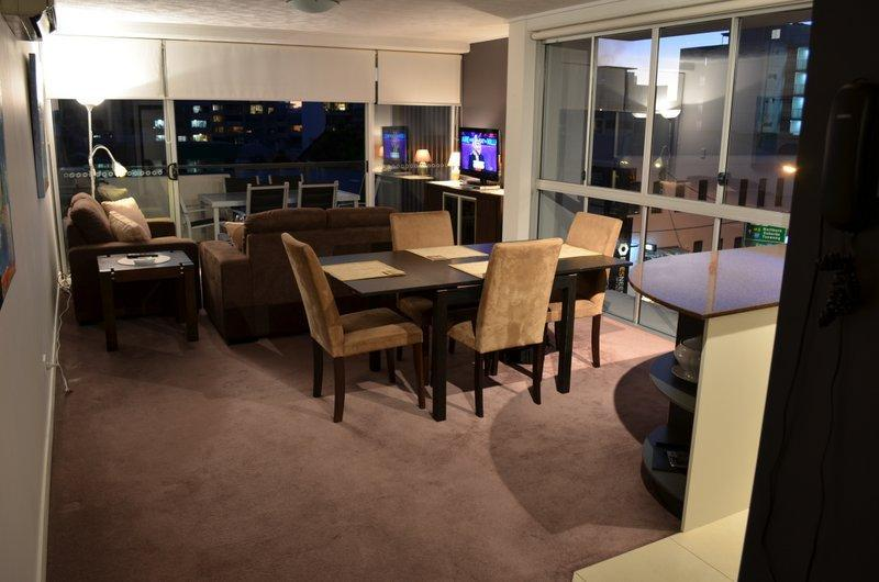 Lounge Dining  in the evening - Short - Long Term Rental in the heart of Brisbane - Brisbane - rentals