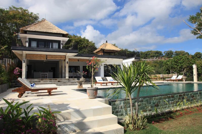 Villa Bekul: new and very luxurious villa with large pool and staff! - Image 1 - Lovina Beach - rentals