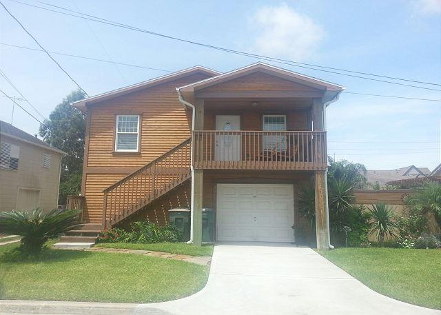Clean- Sleeps 6- Minutes to Beach, Shops, Restaurants & FUN - Image 1 - Galveston - rentals