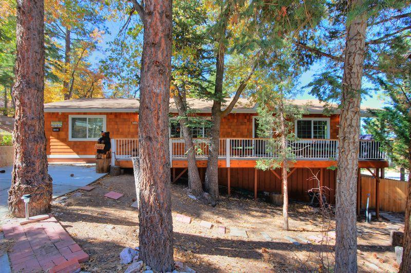 This single level home has two bedrooms and a bonus room. - Mishka Cabin - Walk to Bear Mtn, Zoo, & Golf! Spa! - Big Bear Lake - rentals