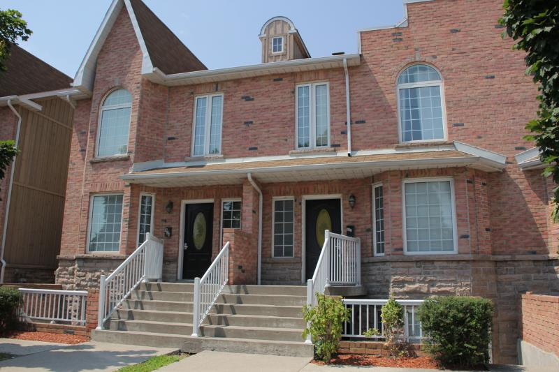 Front Entrance - Fully Furnished House, Downtown Whitby, Short Term Sleeps 4-10 - Whitby - rentals