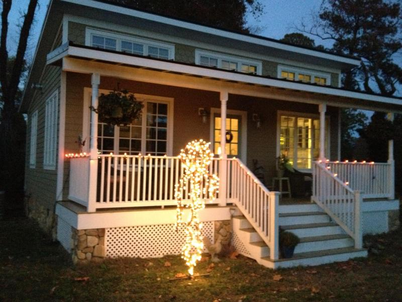 Front of the Coop Cottage decorated for Fall - Romantic Irvington Waterfront Cottage - Irvington - rentals