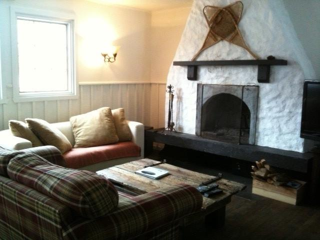 Fireplace, 2 comfy couches and flat screen TV - Pet friendly Tremblant lake access with fireplace - Mont Tremblant - rentals