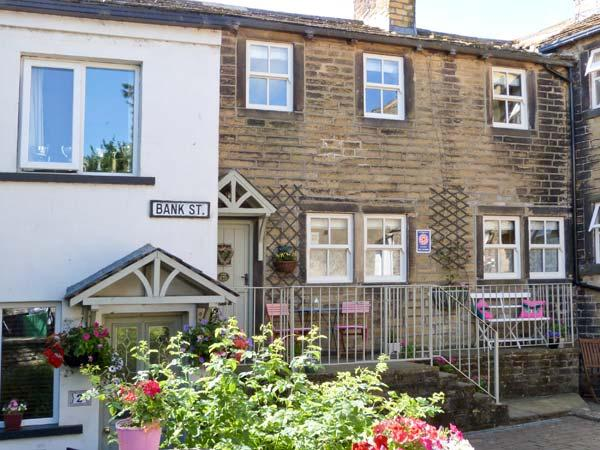 THE NOOK, quality cottage, woodburner, en-suite bedrooms, two mins from shop and pub, in Haworth, Ref 22583 - Image 1 - Haworth - rentals