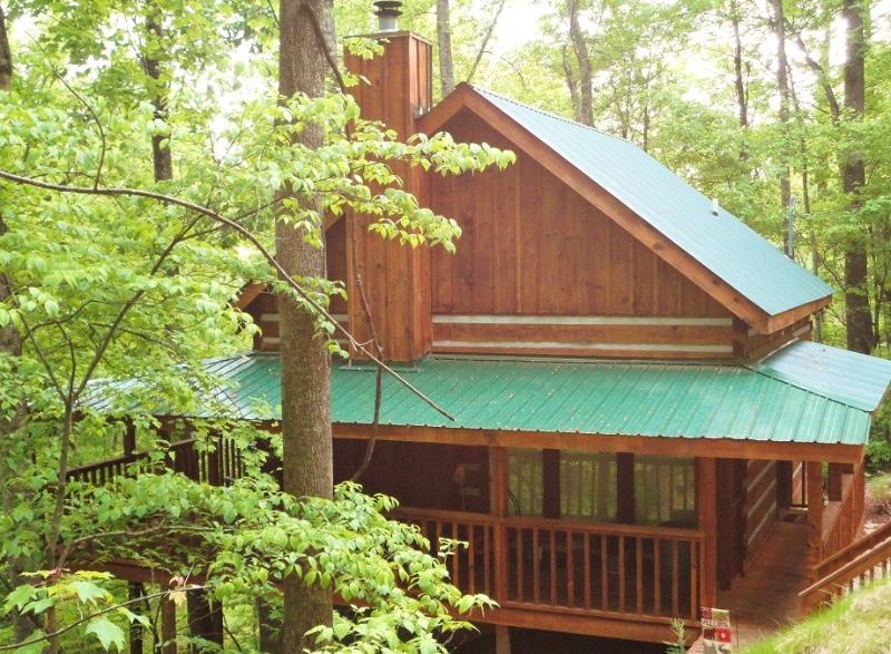 Mountain Hideaway features 2 king beds (sleeps 4) close location to the parkway approx. 2.5 miles. - Stay 3 Get 4th Night Free, WIFI, Hot Tub, Great Reviews! - Pigeon Forge - rentals