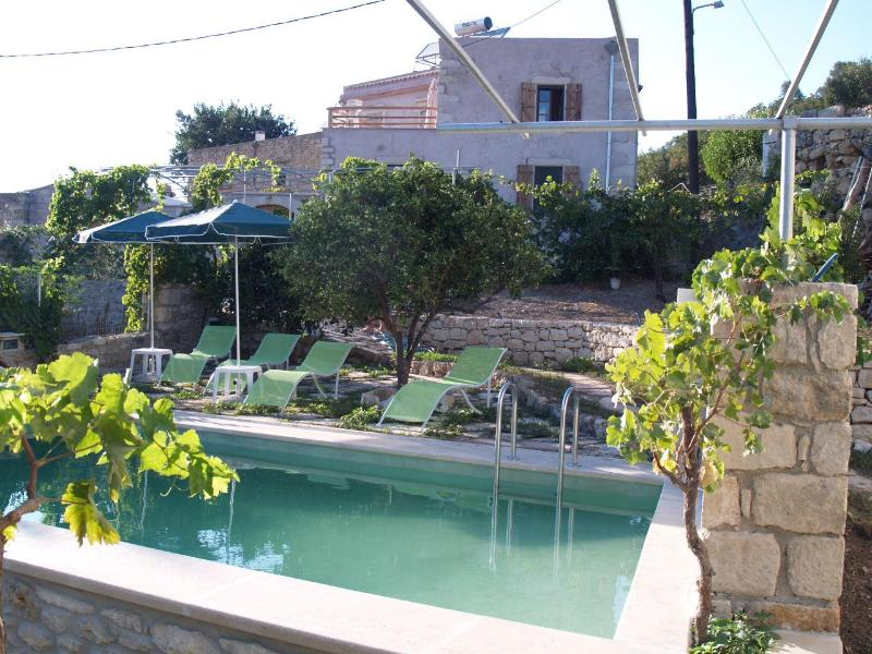 The pool, the garden, the house - Oikos 1900-Traditional Land House- Skalidis family - Rethymnon Prefecture - rentals