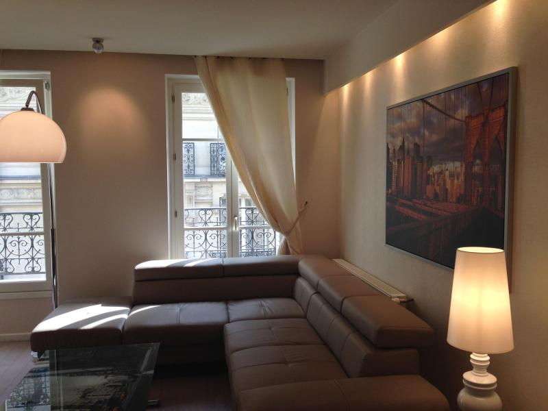 Sofa that turns into double bed - Luxury stay by Arc de Triumph, 2 BEDROOM APT !!! - Paris - rentals
