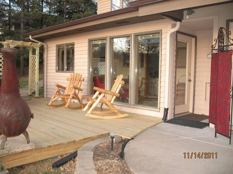 outside looking in - Garvin Crest Guest House-the very top of Winona - Winona - rentals