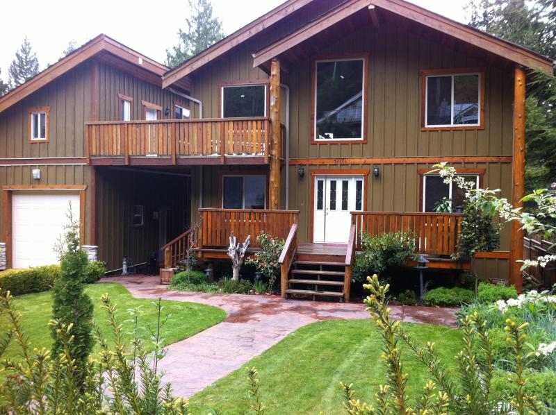 Chateau Cedro Rosso/ Cosy Pender Harbour Retreat - Image 1 - Madeira Park - rentals