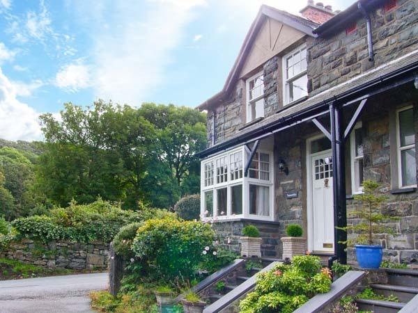 TREMORTHIN, dog-friendly, close to beach and castle, woodburners, in Harlech, Ref. 24006 - Image 1 - Harlech - rentals