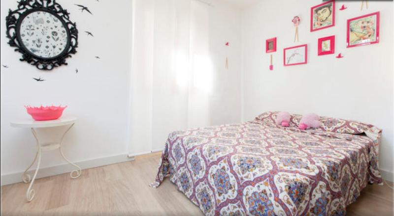 Double bed in sleeping area - Cosy modern Borne studio apartment - Barcelona - rentals