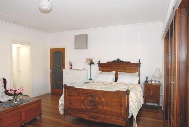 French Antique Walnut bed - ~ Home Sweet Home ~ The Lilypad Sydney (4km) - New South Wales - rentals