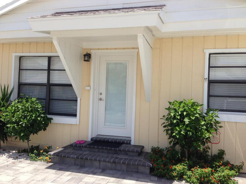 Front of Home - NEWLY REMODELED AND FURNISHED 2/2+DEN BEACH HOUSE! - Redington Shores - rentals