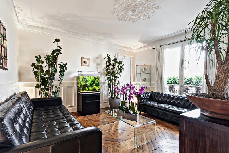 Tropical fish tank & tropical plants  - Luxury Apartment in Paris Center // Louvre Museum - Paris - rentals