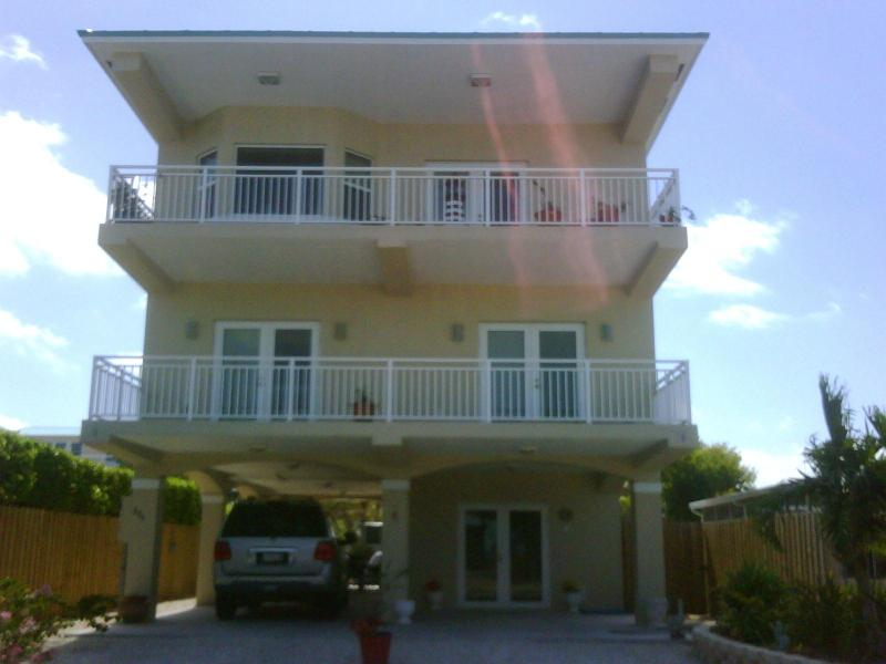 3 stories with elevator  and covered parking - LUXURY WATERFRONT HOME! DOCK,JACUZZI, PETS, WIFI * - Key Largo - rentals