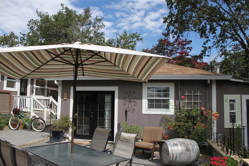 The Carriage House back patio - Windsor, CA Cottage in Sonoma's Wine Country - Windsor - rentals
