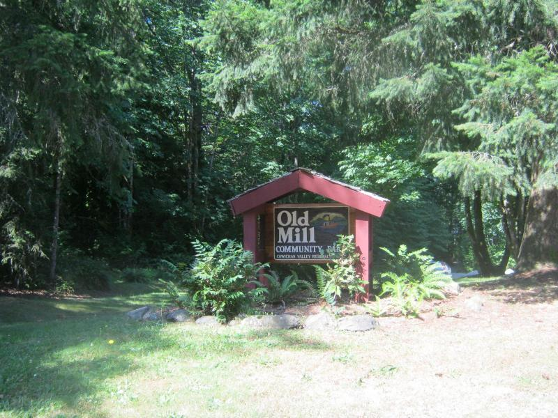 Two minute walk to Old Mill Park - Four bedroom rancher minutes to beach on Shawnigan - Shawnigan Lake - rentals