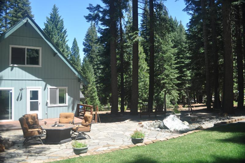 Comfortable seating in the back yard on the 3rd hole of LAW Golf Course - Gorgeous Golf Course Home in Beautiful Lake Almanor West - Chester - rentals