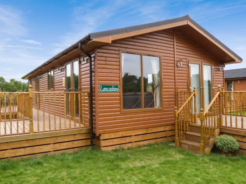 LANCASHIRE LODGE, log cabin, ground floor, hot tub, pet-friendly, in Kiplin, Ref 27295 - Image 1 - Kiplin - rentals