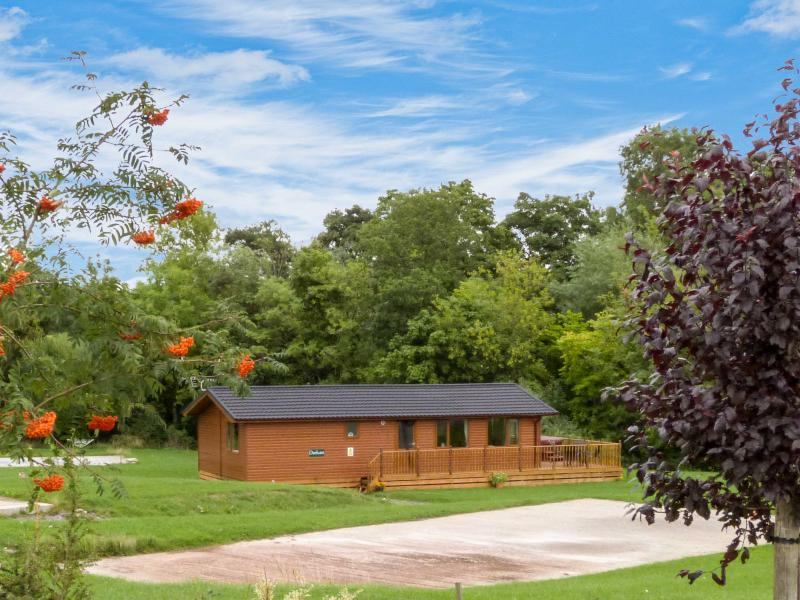 DURHAM LODGE, log cabin, ground floor, hot tub, off road parking, in Kiplin, Ref 27295 - Image 1 - Kiplin - rentals