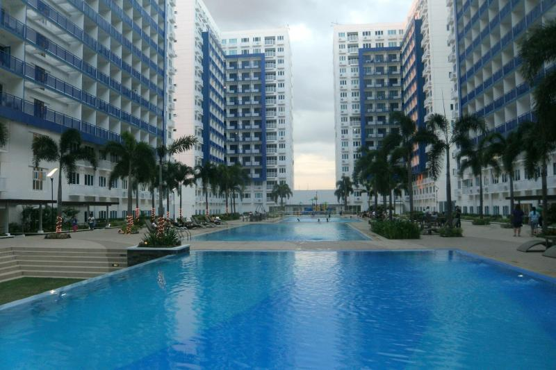 View of swimming pools between 6 towers - MOA Condo, Sea Ressidences - Silang - rentals