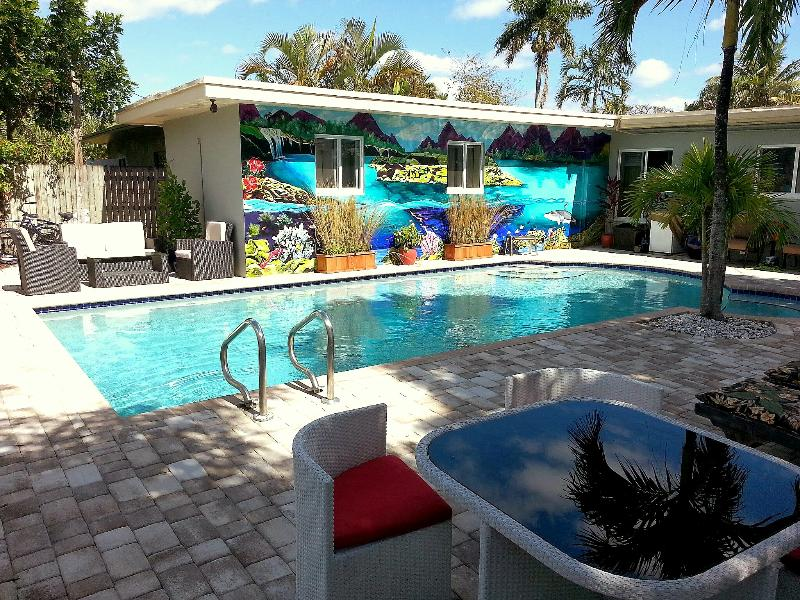 Elegant outdoor space. Large pool with sun and shade seating, privacy. - Luxury 1 BR w/Pool in Heart of Fort Lauderdale - Fort Lauderdale - rentals