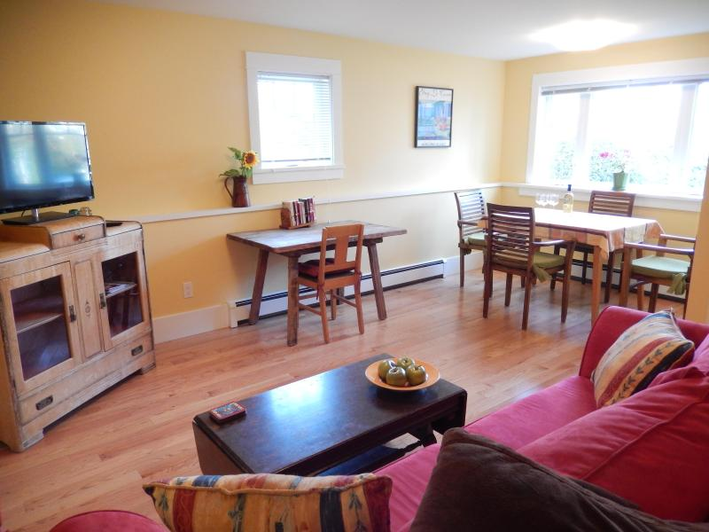 Living & dining area, TV, Wifi - spacious and bright - MYRTLE SUITE - MOUNTAIN VIEW; CENTRAL, LOVELY AREA - Vancouver - rentals