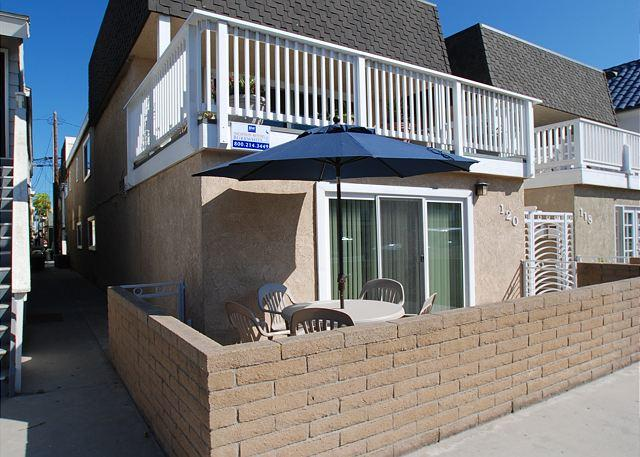 Cute 2 Bedroom Bungalow, Close to the Beach! (68338) - Image 1 - Newport Beach - rentals