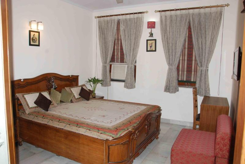 Deluxe Room - A Warm, Vibrant, Clean & Affordable stay in Delhi - New Delhi - rentals