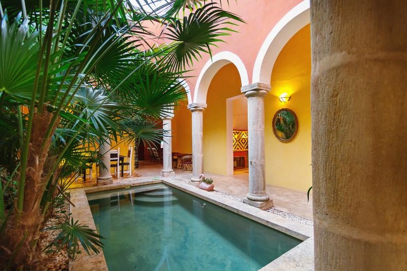 Your stay comes complete with gorgeous colonnades and a private swimming pool - A mini-urban hacienda in the heart of Merida's bohemian art district. - Merida - rentals