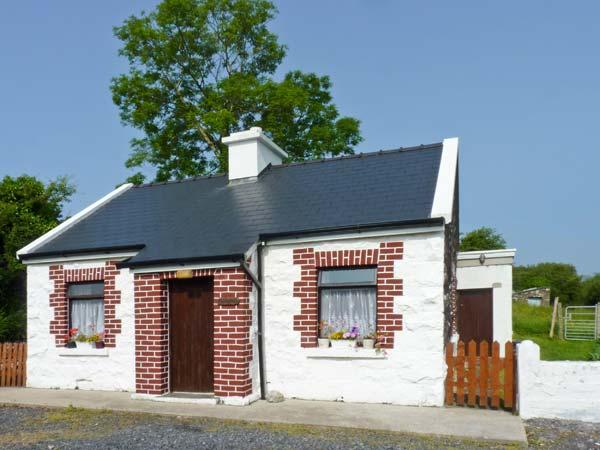 THE COTTAGE, detached, open fire, off road parking, lawned garden, in Newport, Ref 27756 - Image 1 - Roscahill - rentals