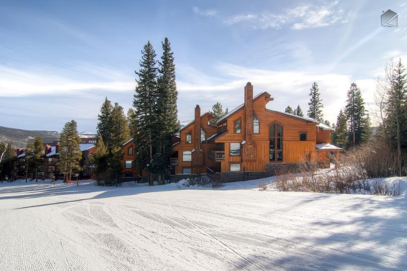 When heading down the 4 O'Clock ski run, make a sharp right turn and you're home! - Ski-in/Ski-out spacious retreat right on the slopes! - Four O'Clock Slopeside Retreat - Breckenridge - rentals