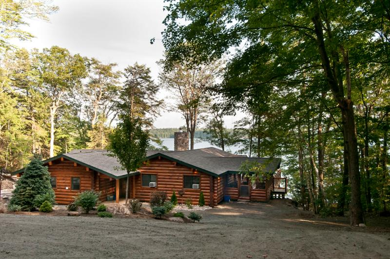 View of cottage from rear and circular driveway - Luxurious Log Retreat in Muskoka - Ontario - rentals