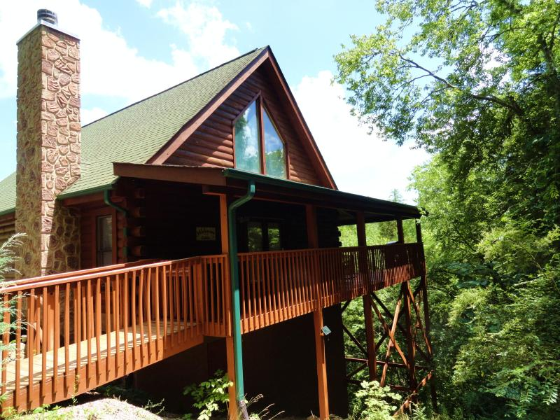 THE CABIN IS SECLUDED. IT IS NEARLY SURROUNDED BY 47 ACRES OF NATURE AND VIEWS. ALSO NO STEPS AT ALL - 8/29 - 9/3 $99/nt SAVE@ DOLLYWOOD, DIXIE STAMPEDE - Sevierville - rentals