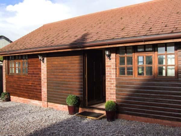 DAIRY BARN, WiFi, hot tub, en-suite facilities, woodburner, romantic cottage near Pershore, Ref. 26229 - Image 1 - Pershore - rentals
