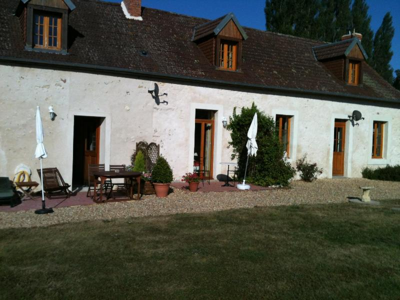 rear patio with loungers - L'Ecurie cottage in Loire Valley - Auvers - rentals