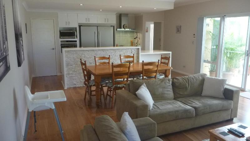 Lounge Kitchen and Dining with high ceilings - Ocean Keys Cottage - Fully Furnished With WiFi Internet - Quinns Rocks - rentals