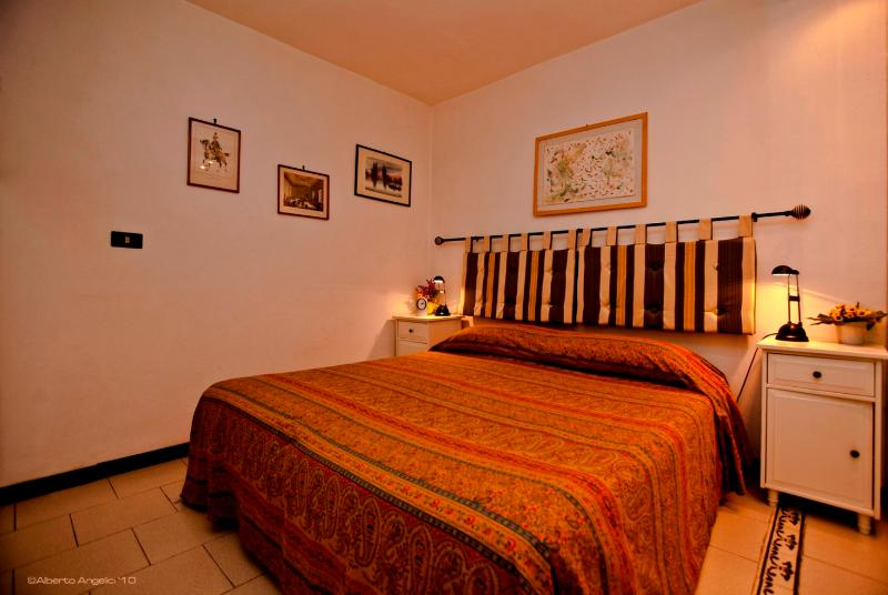 Welcome to Due Torri apartment! This is our very comfy, totally quiet bedroom. The house is a/c. - DUE TORRI - Extra-cozy & Quiet, by Piazza Maggiore - Bologna - rentals