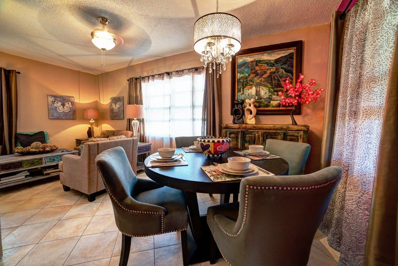 Dining and living areas. - Palm Cottage. Screened & sun patios. Upscale. - Fort Lauderdale - rentals