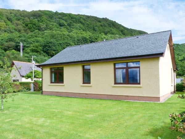 BEACHVIEW, single-storey cottage, lawned gardens, Loch views, ideal base for walking and cycling, in North Ballachulish, Ref 28325 - Image 1 - North Ballachulish - rentals