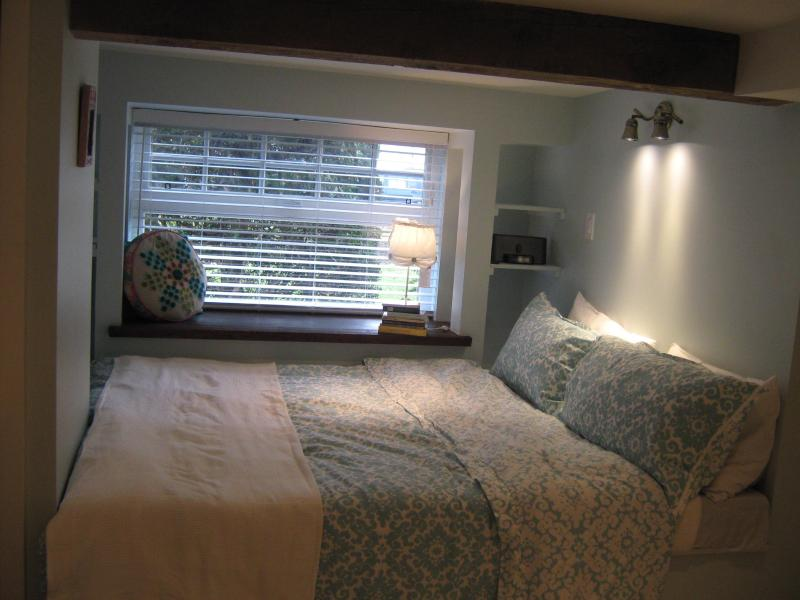 King size bed  - sleep or read & watch TV .. it is really comfortable! - The Nook Suite in Kitsilano - Vancouver - rentals