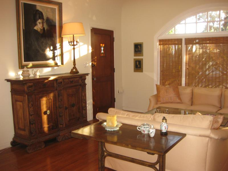 Antique filled light and airy living room - Charming Home Near Beverly Hills - Los Angeles - rentals