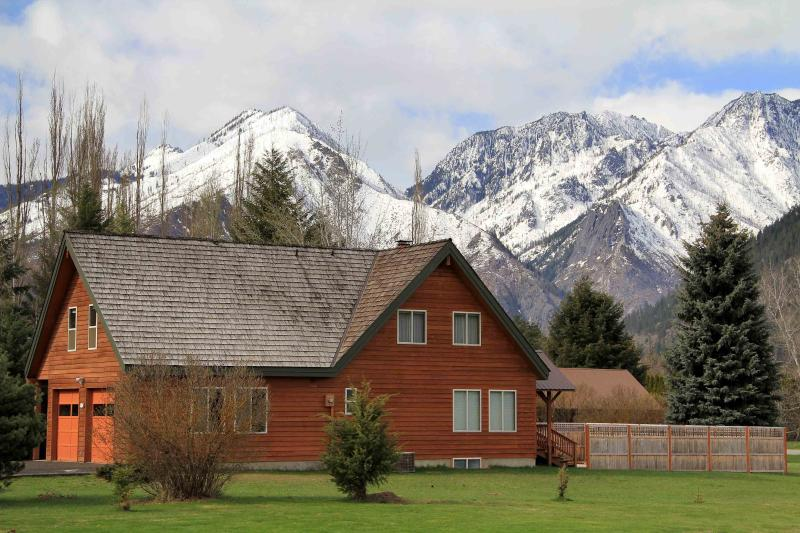 Incredible mountain views, 4bd, 3ba, private backyard, hot-tub, BBQ, minutes from downtown - Icicle Meadow Lodge In Leavenworth-Mountain Views - Leavenworth - rentals