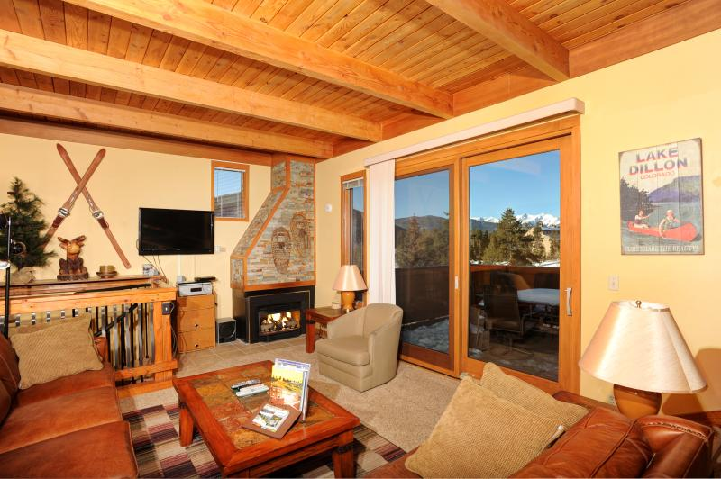 Living area with fireplace - 3BR + Den/3BA Townhome - PET FRIENDLY - Sleeps 8 - Keystone - rentals
