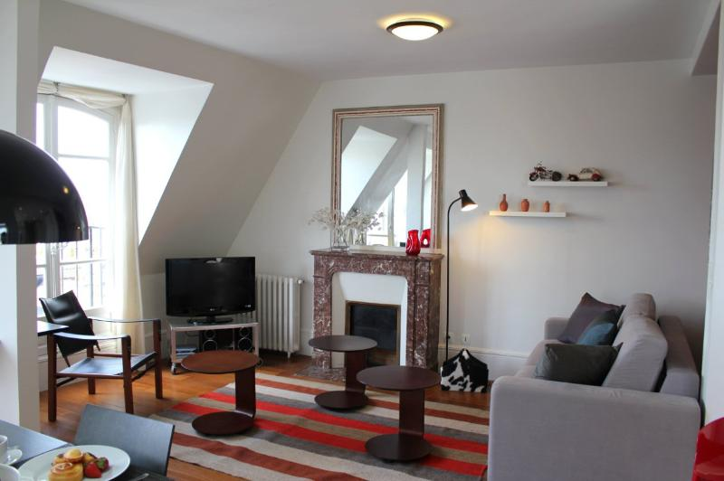Marais View - Graceful rue de Temple 1 bedroom apartment - Image 1 - Paris - rentals