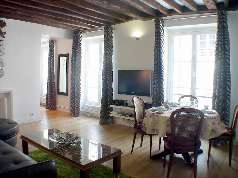 Living room, row of 3 windows - Marais Symphony - Spacious 1 bedroom apartment - Paris - rentals