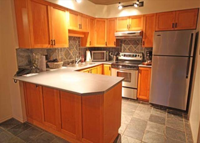 Full Kitchen - Acer Vacations | Family Friendly 2 Bedroom & Loft in Greystone Lodge Whistler - Whistler - rentals