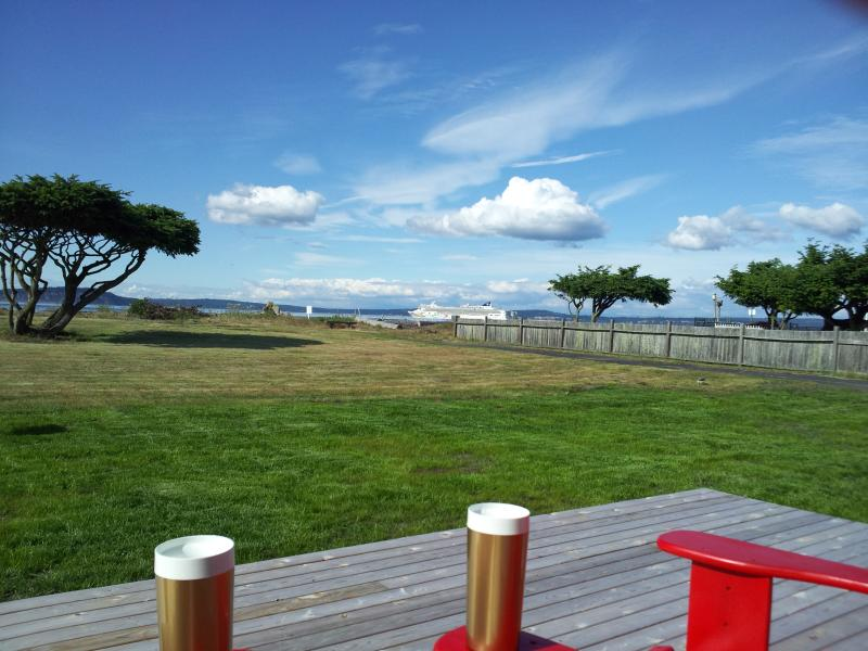 Watch the cruise ships from the deck - Beach Cabin - Hansville - rentals