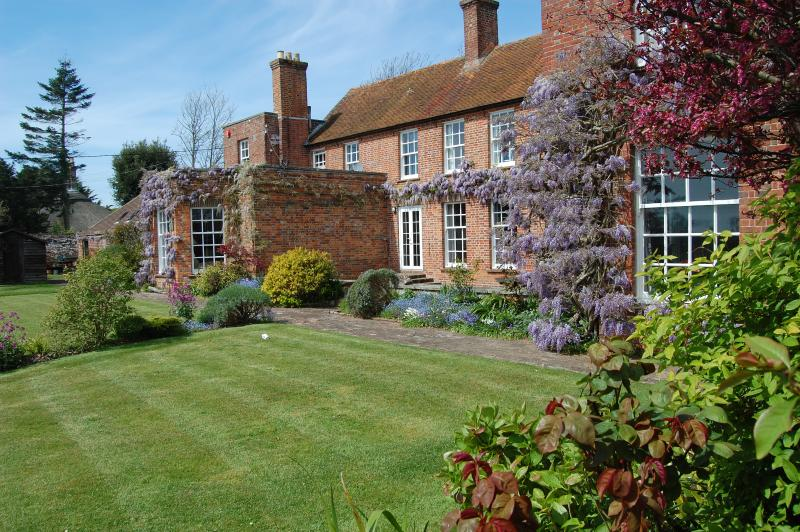 Overlooks large mature garden - Old Walls - luxury & spacious. New Forest coast - Milford on Sea - rentals